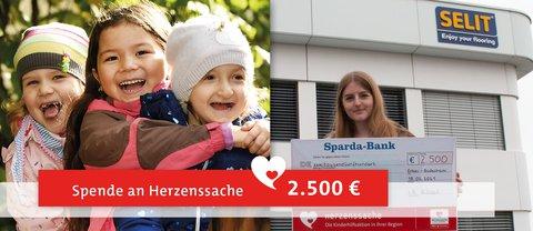 SELIT-Mitarbeiterin Esther Weil hält den symbolischen Spendenscheck an Herzenssache in den Händen